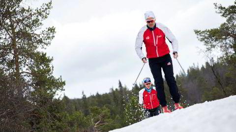 Med Torgeir Skrede hakk i hæl tester Øyvind Olstad felleski så snøspruten står.