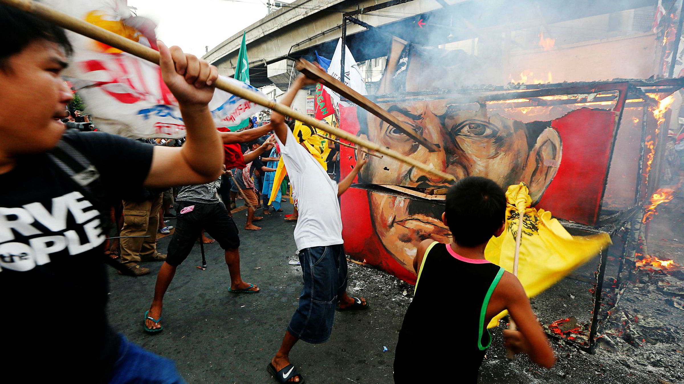 Demonstranter i Filippinenes hovedstad Manila protesterer mot president Rodrigo Dutertes krig mot narkotikabander. FN og menneskerettighetsorganisasjoner mener at presidentens politikk har ført til en voldsspiral.