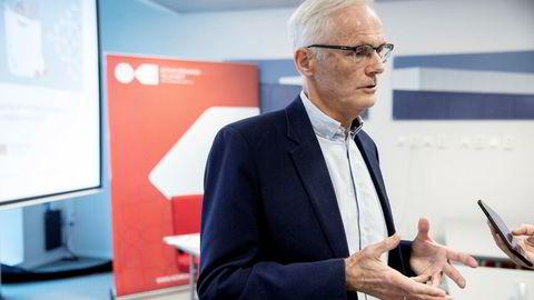 Konkurransetilsynet kan ikke selv beslutte å gjennomføre en razzia. Det krever tillatelse fra tingretten og forutsetter at tilsynet sannsynliggjør at det er rimelig grunn til å anta at loven er overtrådt, skriver Helge Stemshaug i innlegget. Konkurransedirektør Lars Sørgard holder her pressekonferanse i Bergen 13. november, dagen etter razziaene i dagligvaremarkedet.