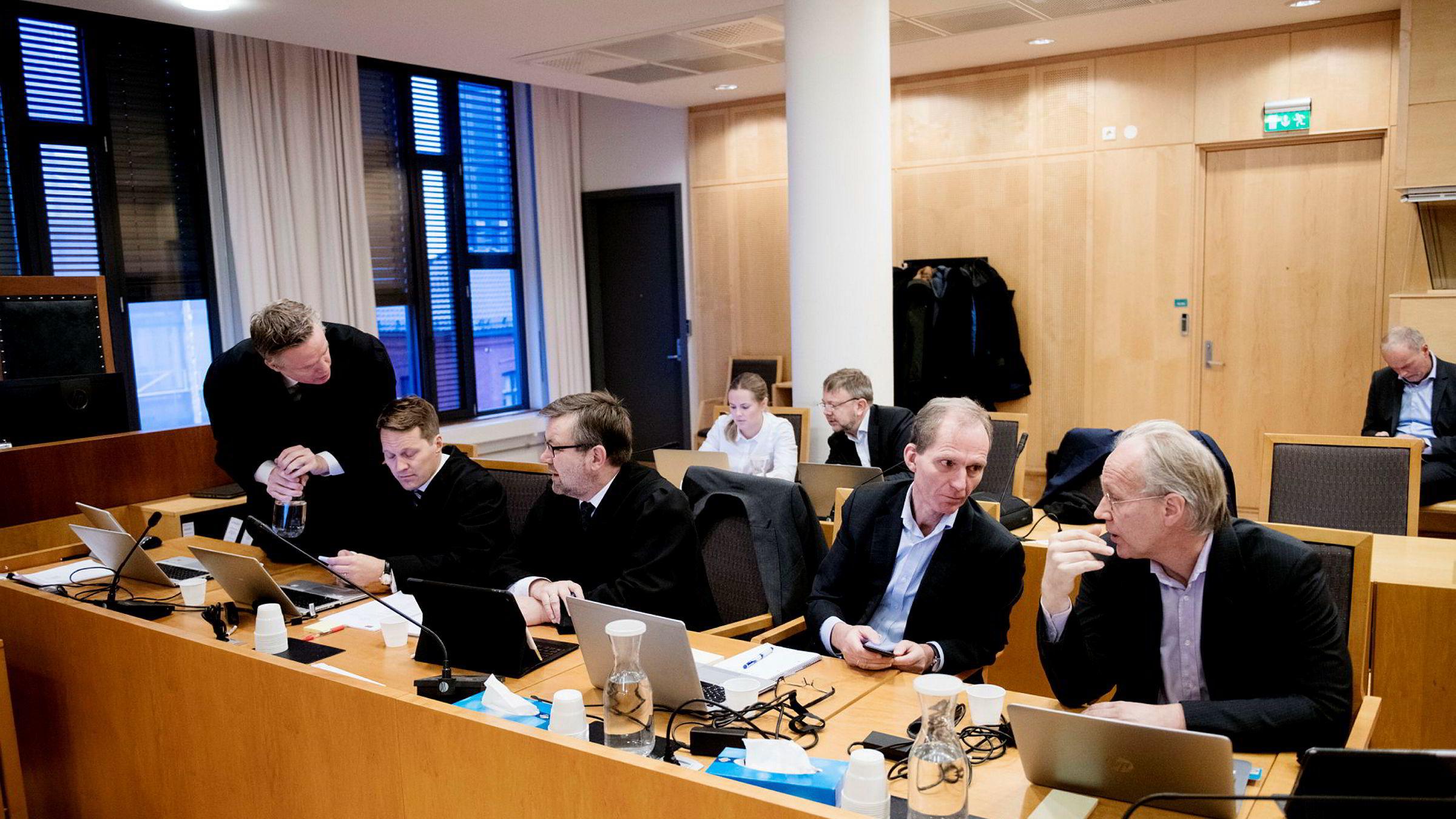 DNBs advokat Helge Lundestad (fra venstre) og advokat Lars Ekeland med advokat Frode A. Innjord fra Hjort Advokater i Oslo tingrett tok oppgjør med Forbrukerrådets påstand om at fondet DNB Norge er et skapindeksfond i retten onsdag. Til høyre DNBs fondssjef Torkild Varran og porteføljeforvalter Odd Einar Lillebostad.