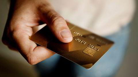 Det er ikke åpenbart at det er maktpåliggende for det offentlige å bruke mer penger når kredittkortene til folk flest går varme i kjøpesentrene.