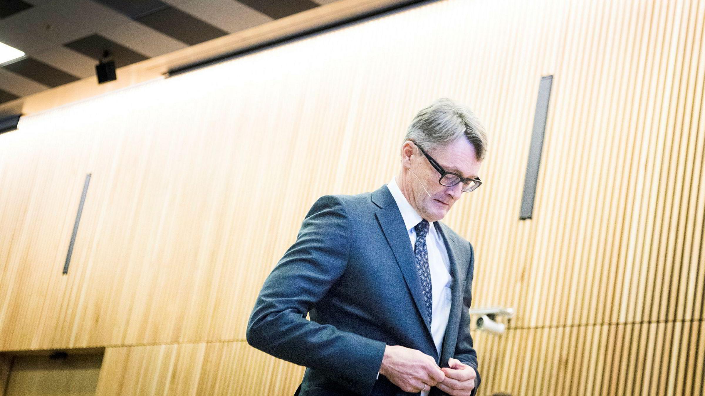 Aker-sjef Øyvind Eriksen, som selv er jurist, mener forlaget Tiden ikke kan gi ut Aker-boken på ordinært vis i bokhandel.