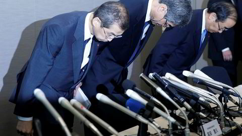 Takatas styreleder og konsernsjef Shigehisa Takada (til venstre) og to andre i toppledelsen bøyer seg fremover på sedvanlig japansk vis under pressekonferansen i Tokyo mandag etter beslutningen om å begjære selskapet konkurs.