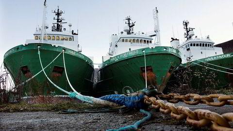 Shippingaksjene fikk litt motvind fredag. Her er offshoreskip fra Havila Shipping i opplag ved den gamle sildoljefabrikken i Moltustranda.