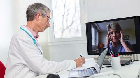 En ansikt til ansikt-konsultasjon hos primærlegen tar 20 minutter. En tilsvarende konsultasjon på videokonferanse tar fem minutter. Bør helsevesenet i fremtiden ha obligatorisk videokonferansemøte først, skriver artikkelforfatteren.