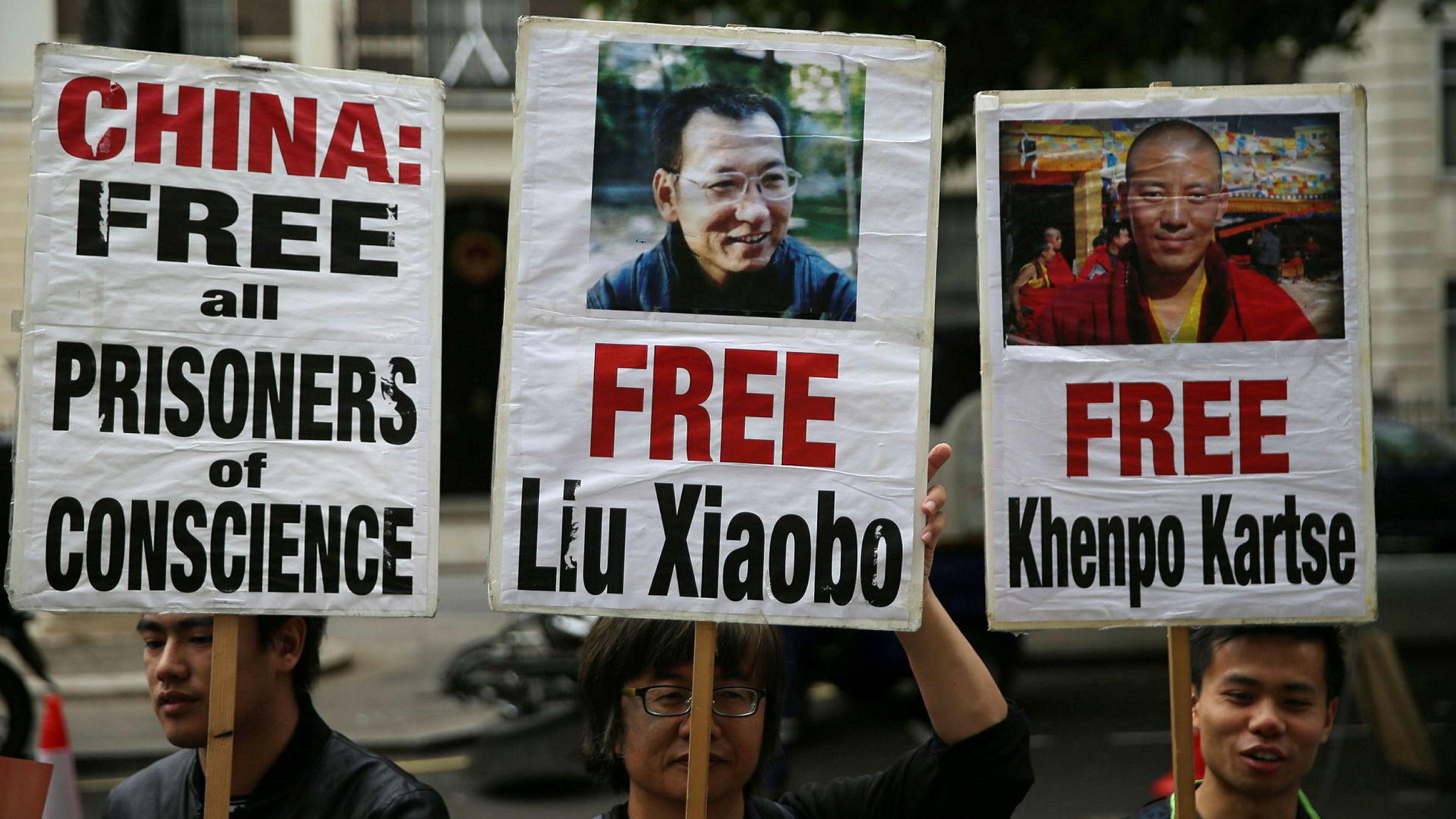 Den norske regjeringen er fortsatt helt taus om kreftrammede Liu Xiaobo. Flere vestlige land har bedt om at han løslates slik at han kan få behandling på et sykehus i vesten. På bildet protesteres det utenfor den kinesiske ambassaden i London.