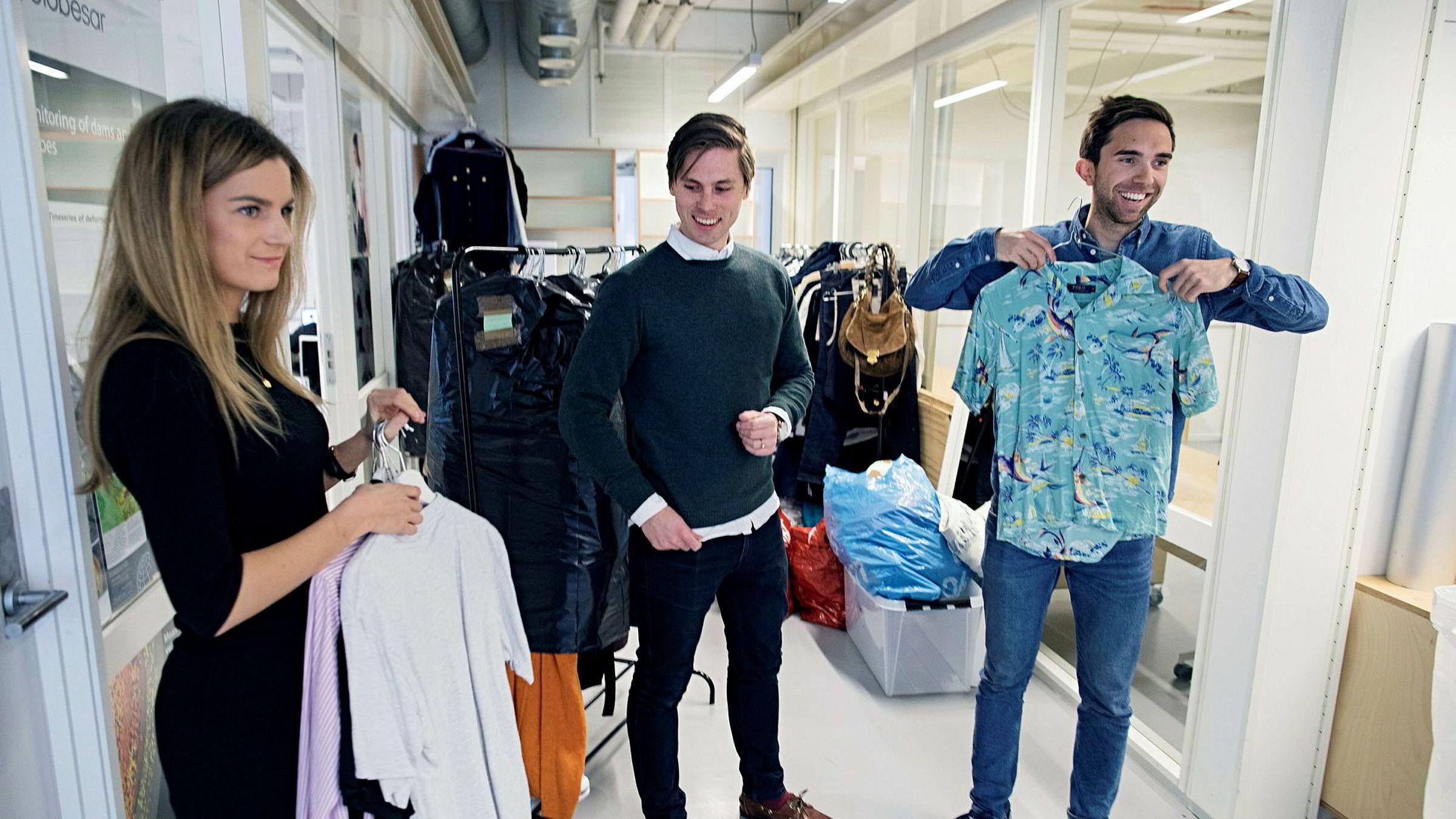 Karoline Gjermundsen (fra venstre), Axel Franck Næss og Eirik Rime i Tise viser frem klærne som «Skam»-kjendis Thomas Hayes skal legge ut for salg i mobilappen. Snart flytter de fra kontoret på StartUpLab i Oslo og inn i nye lokaler. Foto: Øyvind Elvsborg