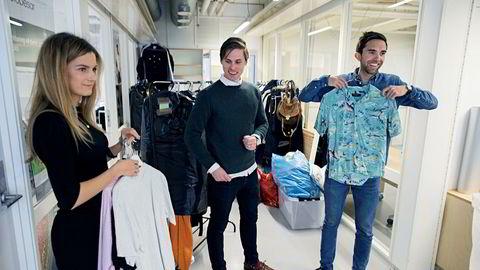 Karoline Gjermundsen (fra venstre), Axel Franck Næss og Eirik Rime i Tise viser frem klærne som «Skam»-kjendis Thomas Hayes skal legge ut for salg i mobilappen. Snart flytter de fra kontoret på StartUpLab i Oslo og inn i nye lokaler.