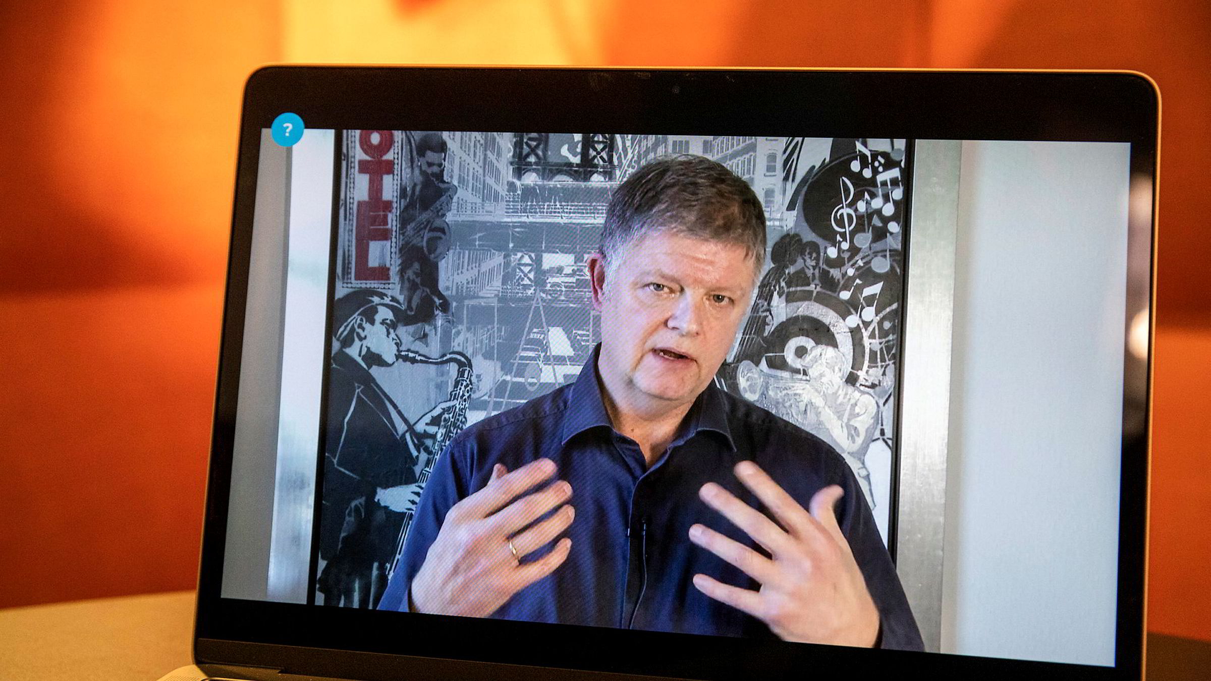 Jacob Schram, konsernsjef i Norwegian, snakket gjennom en videolink fredag fordi han er i hjemmekarantene – uten symptomer på smitte.