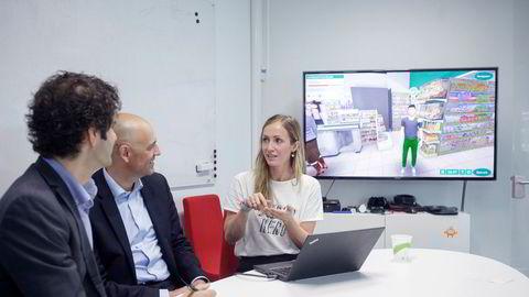 Administrerende direktør og teknologidirektør Anne Lise Waal demonstrerer et spill utviklet for en dagligvarekjede. Partner i Viking Ventures Eivind Bergmyr (midten) lytter ivrig, sammen med Odd P. Skarsheim, gründer og styreleder (til venstre).