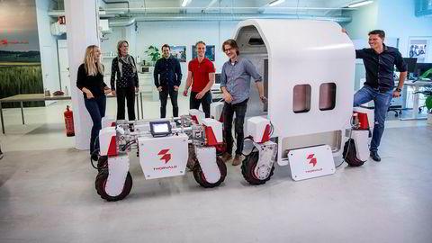 En robot blir ikke syk, og må ikke i karantene. Den får heller ikke innreiseforbud, skriver artikkelforfatterne. Her fra Saga Robotics' laboratorium i Oslo, der det utvikles maskiner som kan erstatte arbeidskraft i landbruket.
