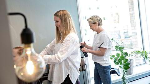Frisørene Cathrine Nygaard (til venstre) og Elisabeth Tønder Smith eier og driver Mint Frisør. – Vi er en liten virksomhet og har ikke så mye å gå på, sier Nygaard.