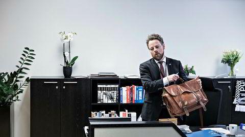Næringsminister Torbjørn Røe Isaksen har nettopp «flyttet» inn på nytt kontor. De siste ukene har han tenkt mye på varslingssakene i Høyre – og sin egen rolle gjennom årene. Foto: Aleksander Nordahl