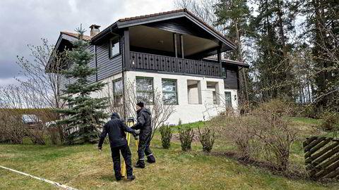 Anne-Elisabeth Hagens ektemann Tom Hagen er blitt pågrepet. Politifolk, etterforskere, åstedsgranskere og søkehunder er i parets bolig på Lørenskog.