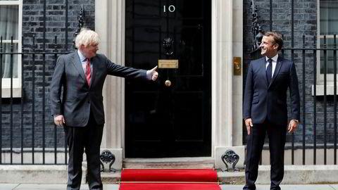 Statsminister Boris Johnson og president Emmanuel Macron holdt behørig sosial distanse da de møttes i 10 Downing Street i London torsdag. Macron var i London for å minnes general Charles de Gaulles berømte appell til det franske folk om å stå imot den tyske okkupasjonen.