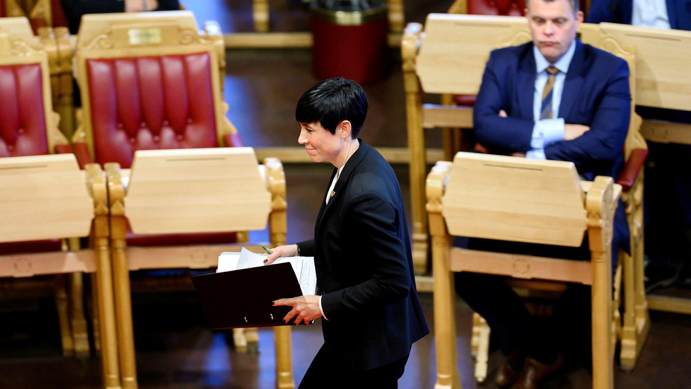 Utenriksminister Ine Eriksen Søreide fikk spørsmål om tempo da hun møtte i spontanspørretimen. Til høyre sitter justisminister Jøran Kallmyr, som snart har hatt jobben i hele syv måneder.