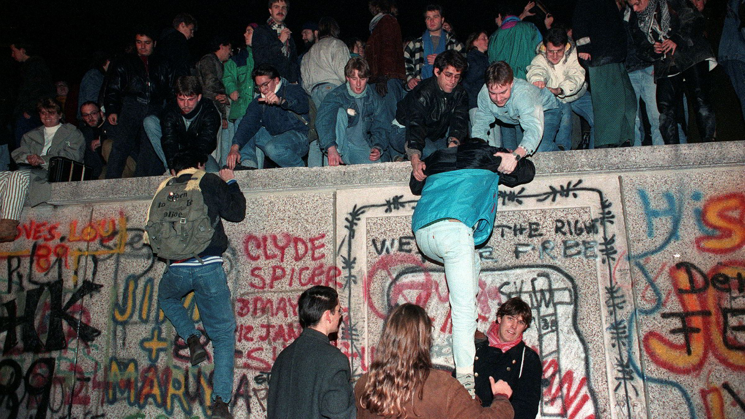 Tusenvis av mennesker krabbet opp på Berlin-muren i november 1989. 30 år etter Murens fall stilles spørsmålet: Hvordan kunne seierherrene bli tapere?