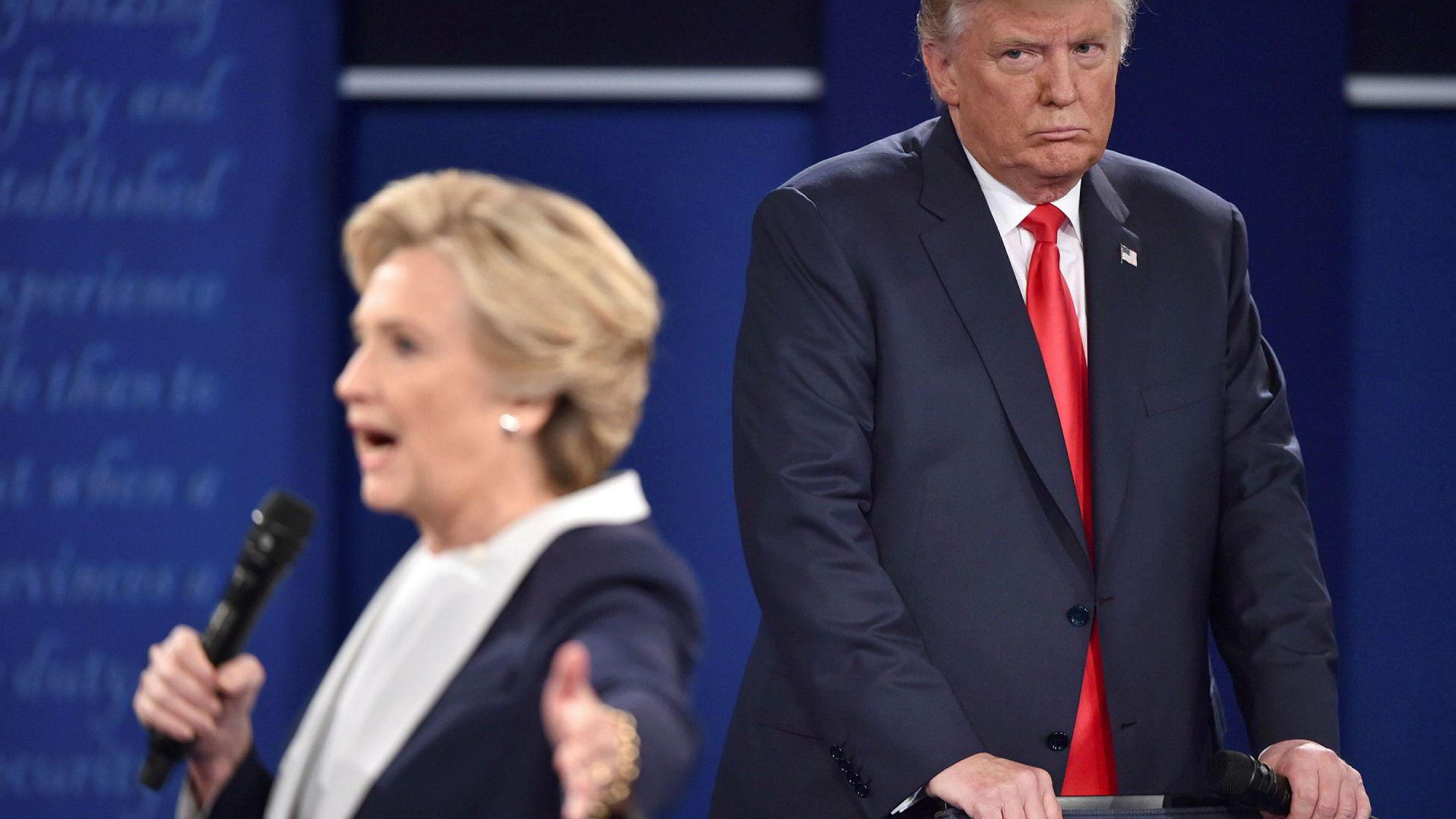 I forbindelse med presidentdebattene presset Hillary Clinton på for at Donald J. Trump skulle love å anerkjenne et valgresultat. Nå mener Trump hun ikke følger egne råd.