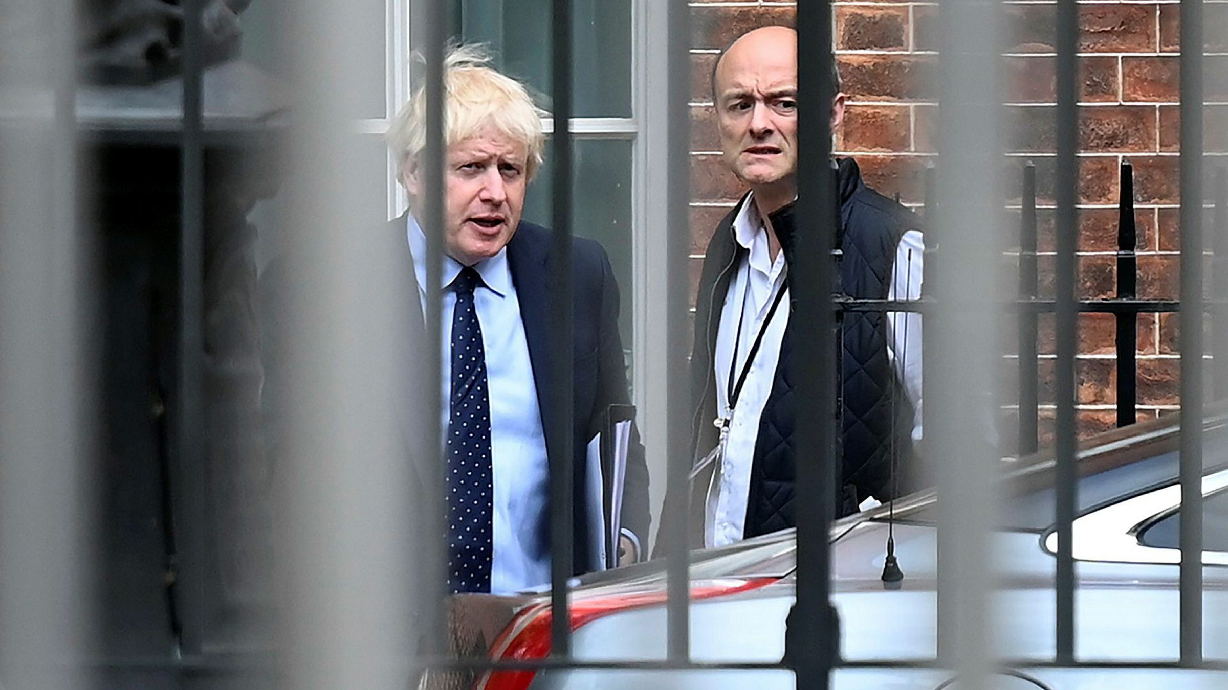 Statsminister Boris Johnson og hans spesialrådgiver Dominic Cummings på vei ut av nr. 10, Downing Street i London.