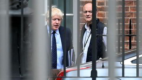 Statsminister Boris Johnson og hans spesialrådgiver Dominic Cummings på vei ut av nr. 10, Downing Street i London.