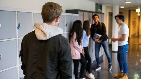 Muligheten for å få sosialhjelp for ungdom er knyttet til å gå på videregående skole. Satt på spissen er det sånn at om du går på skole, har foreldrene dine fortsatt ansvaret for deg selv om du er over 18 år.