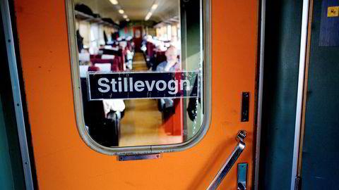NSB Regiontog som går mellom Skien og Lillehammer. Vi går på i Tønsberg for å se hva folk gjør på toget. Opprinnelig feature til påskeavisen - men saken kom aldri på trykk. Toget har selvsagt en stllevogn Tog - Regiontoget -