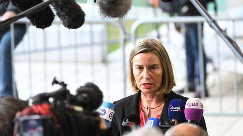 EUs utenrikssjef Federica Mogherini åpner for medlemskapsforhandlinger med Albania og Makedonia.