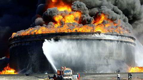 Oljeproduksjonen i Libya har lenge vært pekt på som en joker i oljemarkedet. Sabotasje mot oljerelatert infrastruktur, som her fra 2014, har ført til stor usikkerhet rundt landets oljeproduksjon.