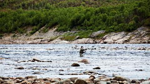 På den finske siden av Tana-elven fisker finnene etter laks. Dette bildet er tatt på finsk side av grensen.