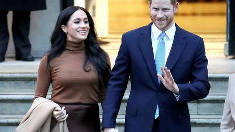 Prins Harry og ektefellen Meghan – med titlene hertugen og hertuginnen av Sussex – har utløst indre krise i den britiske kongefamilien.