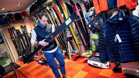 I en av sine ti filialer i Val Thorens inspiserer Bertrand Geynet de sorte Moonlight-skiene. – Når noe bærer det norske flagget, tenker kunden umiddelbart at dette er høy kvalitet, sier Geynet. Moonlight-skiene er utviklet av Bjarte Hollevik i Finnmark og produsert i Sverige.