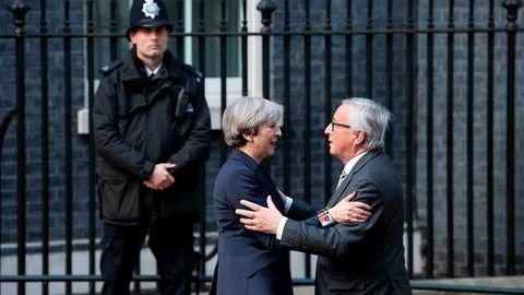 Theresa May og Jean-Claude Juncker utenfor statsministerboligen i Downing Street 10 i London. Juncker skal ha vært nærmest i sjokk etter møtet med May.