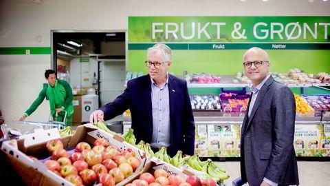 Kiwi-sjef Jan Paul Bjørkøy (til venstre) jobber for å få klima- og miljøminister Vidar Helgesen med på en bransjedrevet miljøavgift på plastposer. Tidligere denne uken var statsråden på besøk hos Kiwis hovedkontor på Lierstranda.