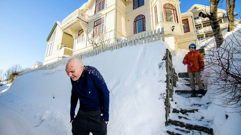 Erling Sanne (8) får inn en fulltreffer på pappa Trygve Sanne Hardersen hjemme på tomten i Tromsø. Familien har også truffet blink med å leie ut huset som «Eventyrhuset i Arktis» via Airbnb.