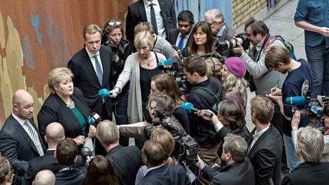 Journalistisk produksjon foregår på flere plattformer med mange personer involvert. Det kan gjøre det komplisert å finnet ut hvem det er man skal holde ansvarlig for hva. Her møter statsminister Erna Solberg pressen sammen med Anders Anundsen (til venstre) og Børge Brende.