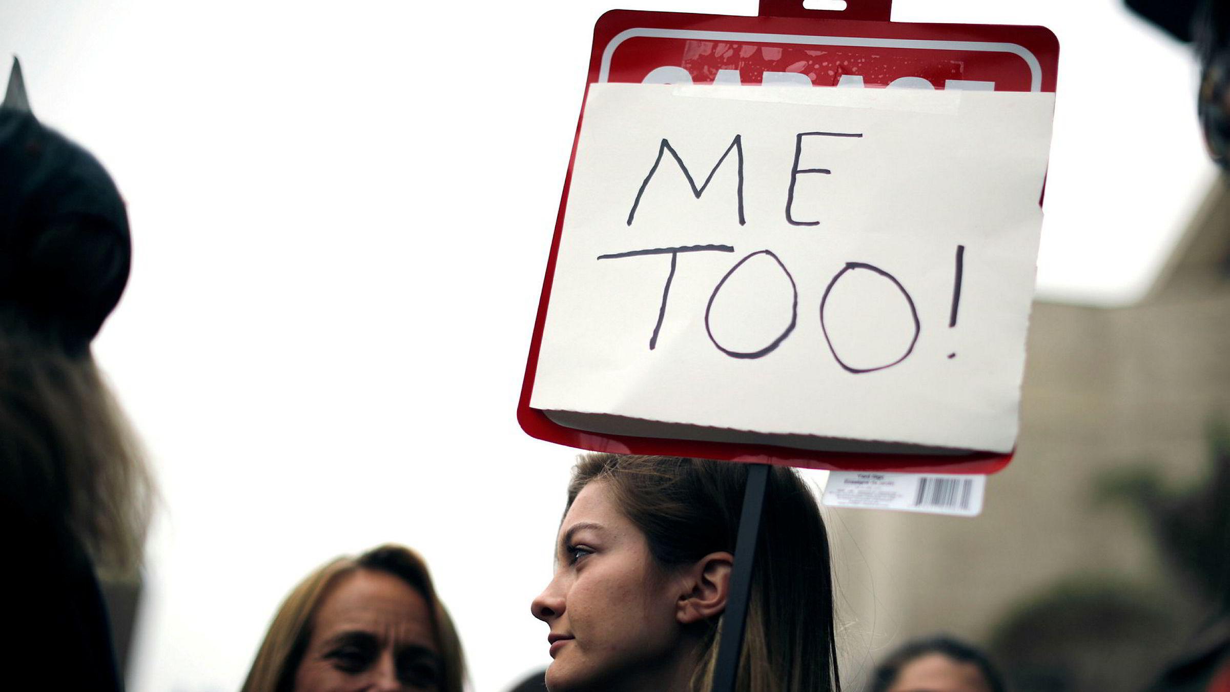 Det er viktig for varslerinstituttets bærekraft og fremtid at alle parters rettssikkerhet ivaretas i undersøkelsesfasen. Varsleren skal tas på alvor, skriver artikkelforfatteren. Her fra en Metoo protestmars i Hollywood, USA november 2017.