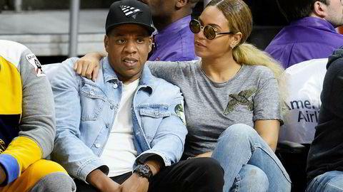 Rap-superstjerne Jay Z sin strømmetjeneste Tidal sliter fortsatt med å betale regningene sine. Nå har de også fått den norske kemneren på nakken. Her er Jay Z med sin kone Beyonce på basketballkamp i Los Angeles i februar i fjor. Beyonce er også medeier i Tidal.