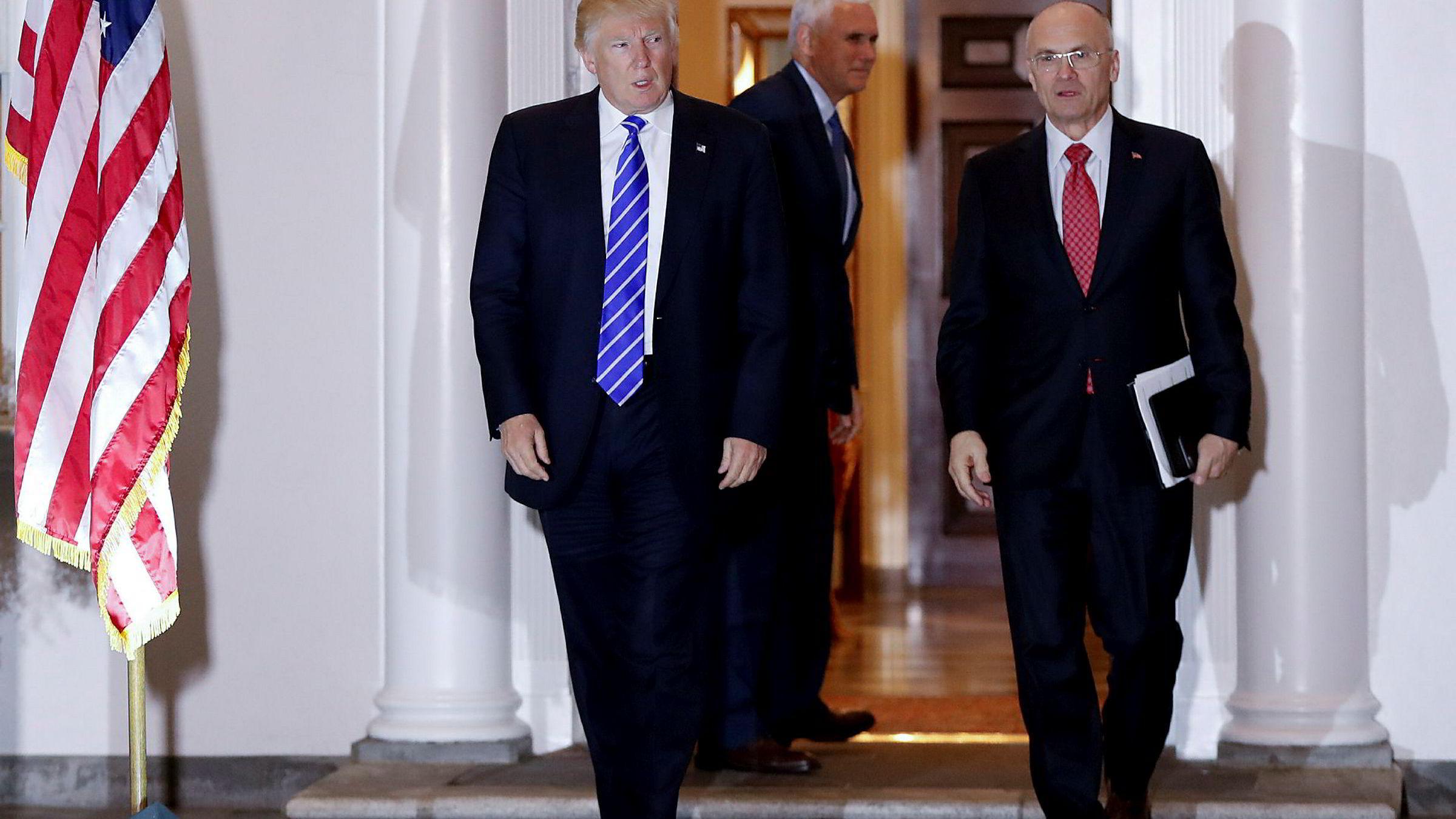 USAs president Donald Trump sammen med Andrew Puzder, som nå har kommet i hardt vær.