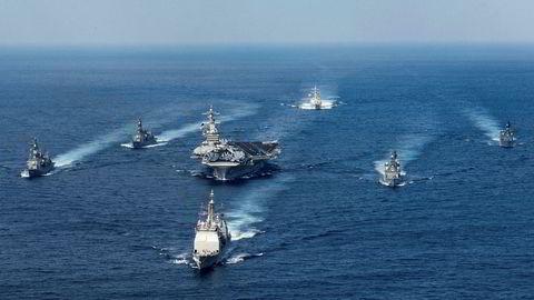 Hangarskipet USS Carl Vinson, i midten på bildet, har den siste tiden ikke som tidligere opplyst vært på vei mot Nord-Korea, men seilt nordover mot grenseområdene mellom Indonesia og Australia.