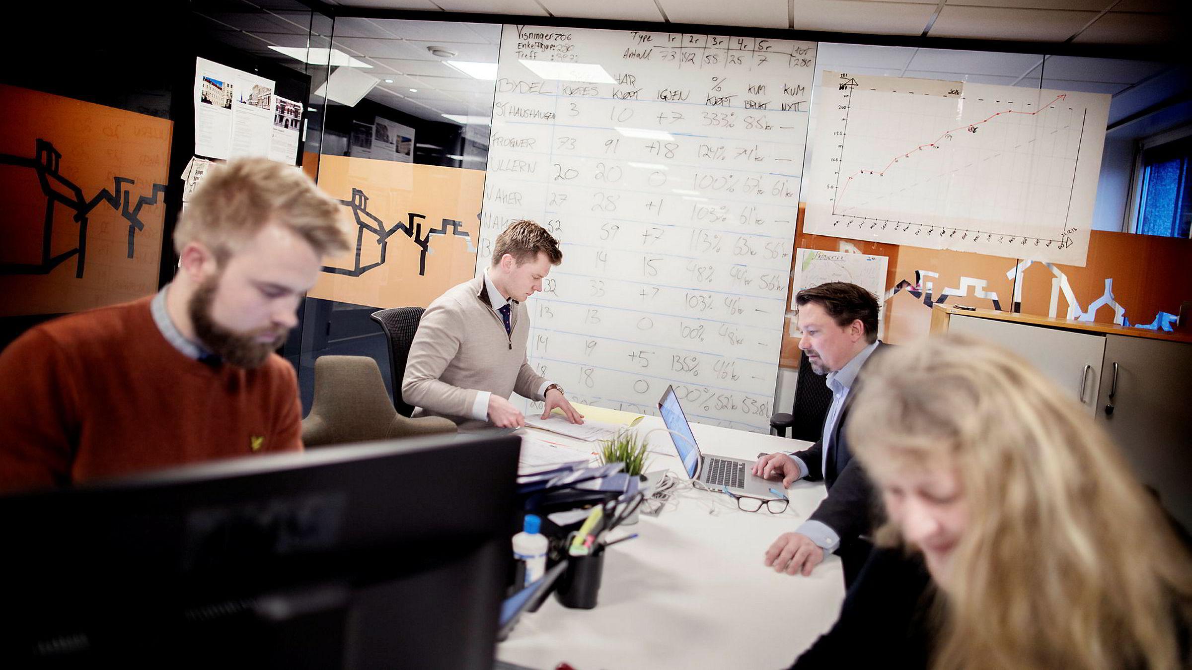 Boligbygg Oslo KF fikk i oppdrag av Oslo kommune å kjøpe leiligheter for 885 millioner kroner i år. Magnus Thun (25, fra venstre) har stått i bresjen for kjøpene. Til høyre for ham sitter Eivind Weseth, Geir Fredriksen (på andre siden av bordet) ogAnne Sølvberg.