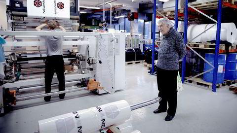 – Det er ikke så mange plastprodusenter igjen i Norge. Det er synd. Istedenfor har vi fått mange importører, sier daglig leder Atle Norvald Flesland i Baca Plastindustri som bivåner at Martin Vassnes kontrollerer produksjon av plastprodukter for en byggevarekjede innen trelast.