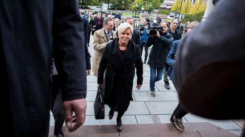 Finansminsiter Siv Jensen på vei til Stortinget for å holde finanstalen.