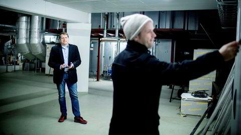 Selskapet EM Systemer er avhengig av god mobildekning for alle teknikerne som jobber ute i felten. Her er økonomisjef Jarle Avløyp (tv) og tekniker Joakim Knutslien på befaring hos en kunde i Bergen.