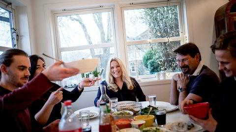 Lyse-direktør Toril Nag og ektemannen hennes Kjetil Flesjå i Incus Investor er opptatt av at barna tar høyere utdannelse. Her har de samlet deler av familien til middag i Sandnes. Far Kjetil Flesjå og sønn Håvard H. Flesjå (13) sitter til høyre, mens datteren Katrine Nag Vatne (24) og samboeren hennes Kjell Vistnes Randeberg (23), sitter til venstre.