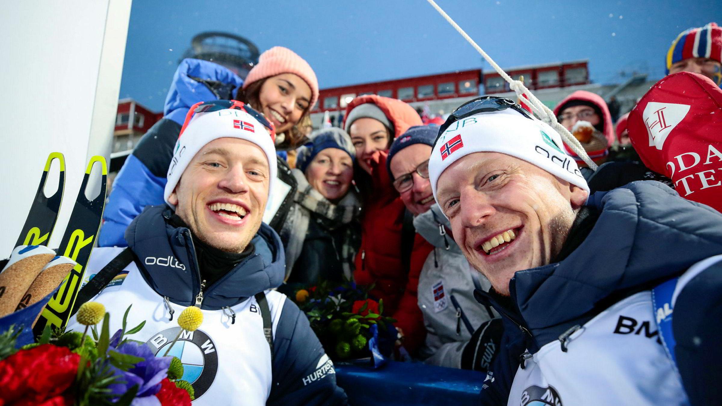 Johannes Thingnes Bø (t.v.), far Klemet Bø, mor Aslaug Thingnes Bø, Gita Simonsen, Hedda Kløvstad Dæhli og Tarjei Bø etter stafettgullet for menn i VM Skiskyting 2019 i Östersund, Sverige
