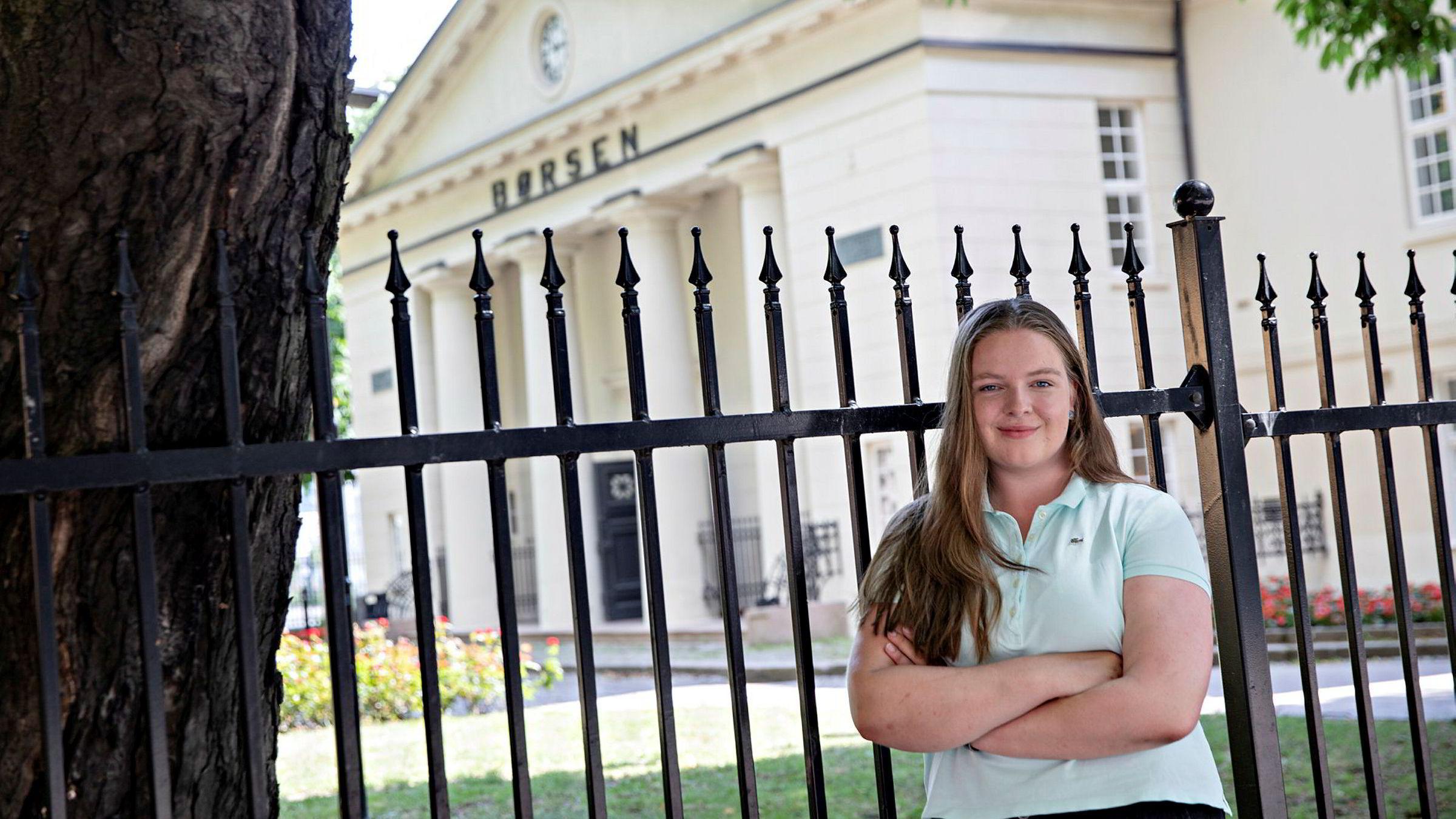 Katarina Klavestad (18) bruker 90 prosent av lønnen på å spare i aksjer.