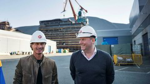 Hotellinvestor Petter Stordalen besøkte Kleven Verft i Ulsteinvik i september. Bak ham er første modul av MS «Roald Amundsen», som senere er sjøsatt, men forsinket. Til høyre er Hurtigruten-sjef Daniel Skjeldam.
