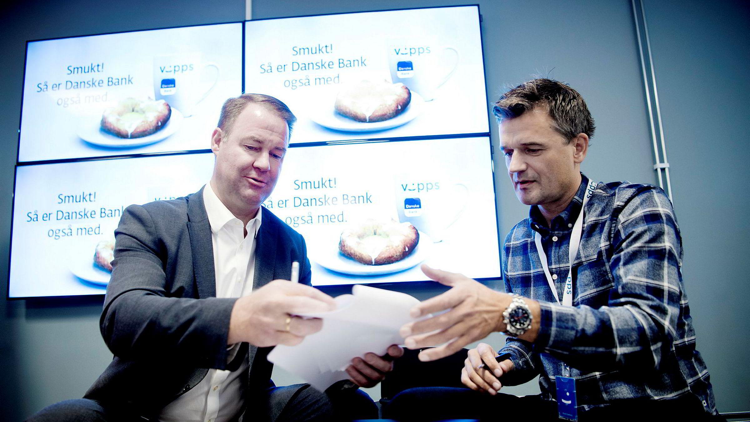 Smukt! Trond Mellingsæter (til venstre), sjef i Danske Bank, og Vipps-sjef Rune Garborg signerte samarbeidsavtale fredag. Inntil da har de vært heftige konkurrenter på markedet for mobilbetaling.