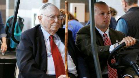 Nestsjef Charlie Munger (93) ble kjørt rundt i en golfbil under helgens generalforsamling i Berkshire Hathaway.