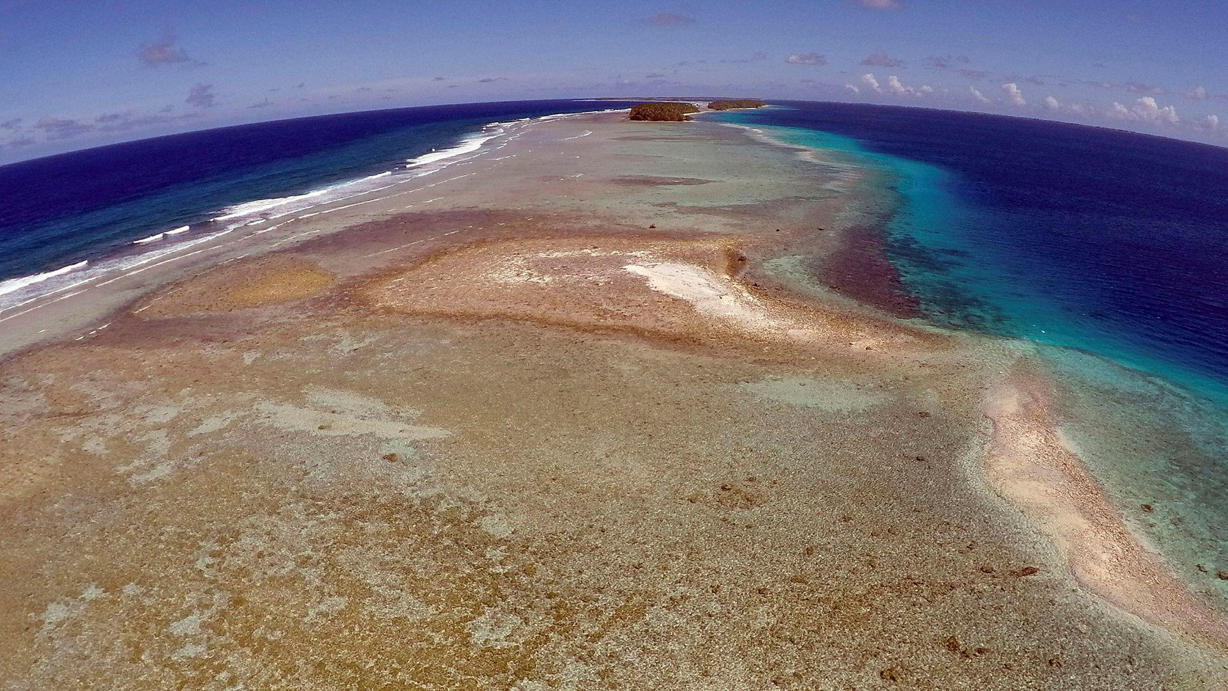 Atmosfæren har for lenge vært en «søppelplass for klimagasser, hever klimaforsker. Bildet viser en liten ubebodd øy tilhørendeMarshalløynene. Havnivået skal ikke stige mye før slike øyer som dette forsvinner for godt.